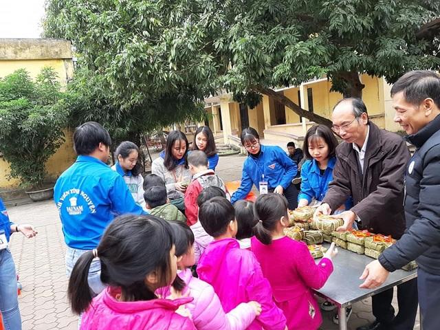 Sinh viên gói hơn 1.000 chiếc bánh chưng dành tặng những hoàn cảnh khó khăn  - Ảnh 9.