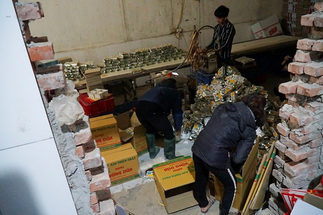 Đột kích dây chuyền làm bánh kẹo bẩn siêu rẻ ở ngoại thành Hà Nội - Ảnh 11.