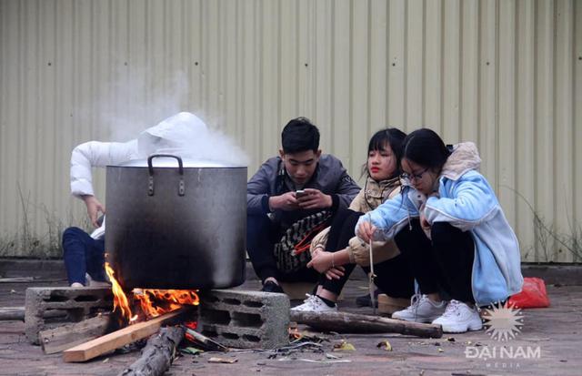 Sinh viên gói hơn 1.000 chiếc bánh chưng dành tặng những hoàn cảnh khó khăn  - Ảnh 16.