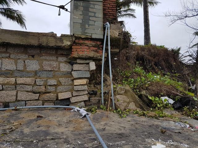 Sóng biển đánh sát bờ tường một nhà hàng ở Cửa Đại