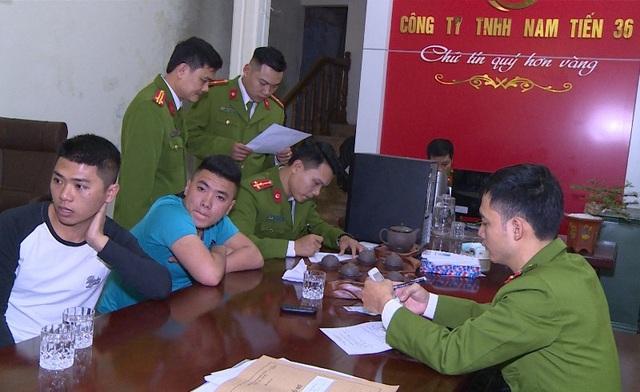 Lực lượng công an khám xét các cơ sở kinh doanh dịch vụ tài chính.