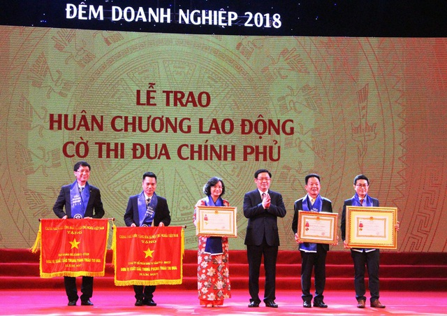 Ông Nguyễn Minh Nguyên - Phó tổng Giám đốc Công ty cổ phần đầu tư Văn Phú-Invest (thứ hai từ trái sang) đại diện cho đơn vị nhận cờ Đơn vị xuất sắc trong phong trào thi đua.