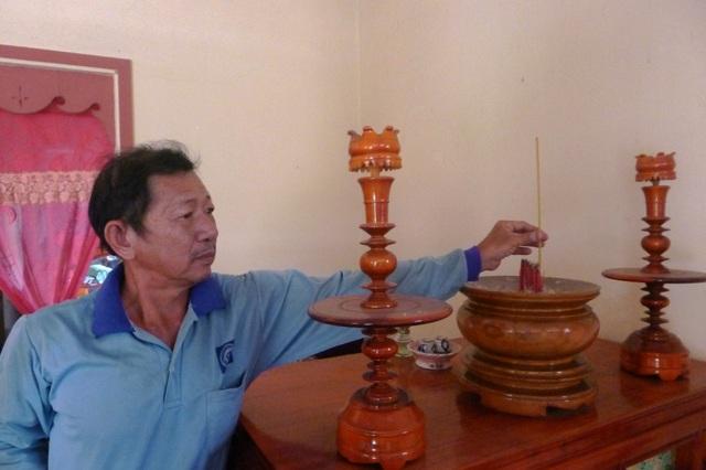 Nhiều năm qua, ông Huỳnh Văn Quốc nhang khói cho cha mẹ và 7 anh chị em của mình nhưng bàn thờ chẳng có tấm di ảnh nào của họ.
