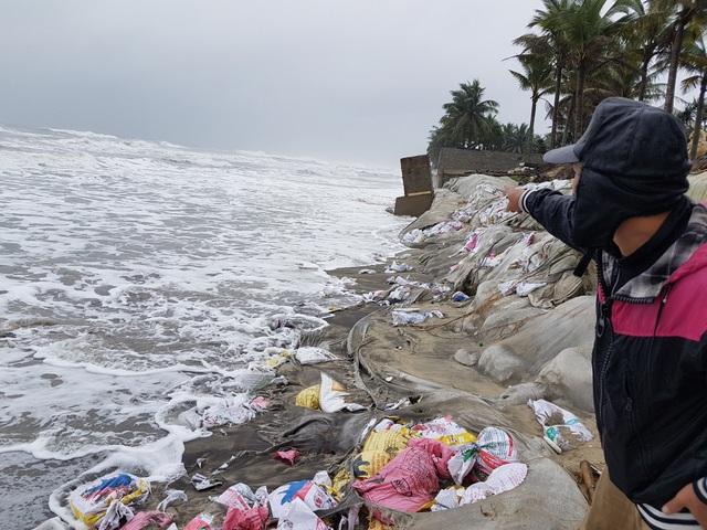 Anh Hùng, một người dân ở đây cho biết dù mùa mưa bão năm 2018 không xuất hiện bão lớn nhưng bờ kè biển Cửa Đại cũng bị xâm thực nặng