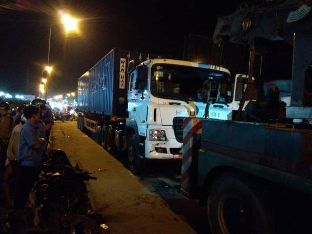 Đến tối vẫn còn rất đông người dân hiếu kỳ tụ tập tại hiện trường vụ tai nạn thảm khốc
