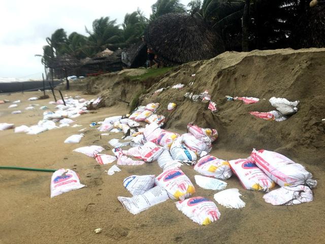 Sóng lớn ăn sâu vào đất liền, những bao tải cát bị kéo ra biển