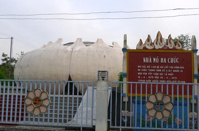 Nhà mồ Ba Chúc - nơi lưu giữ 1.159 hài cốt do tập đoàn diệt chủng Pôn Pốt gây ra trong 12 ngày chiếm đóng tại xã Ba Chúc vào năm 1978