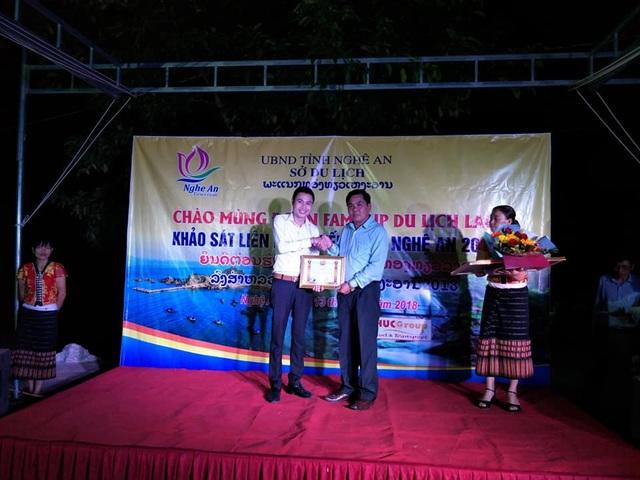 Ông Vông Sả Đuông Thông La – UV BTV tỉnh ủy, Giám đốc Sở TT,VH – Du lịch Xiêng Khoảng thay mặt đoàn Công tác của Lào tặng Bằng khen năm 2018 cho PhucGroup