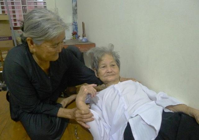 Nhân chứng sống là cụ bà Hà Thị Nga nay già yếu, cuốc sống và mọi sinh hoạt đều phải dựa vào người em Hà Thị Tám.