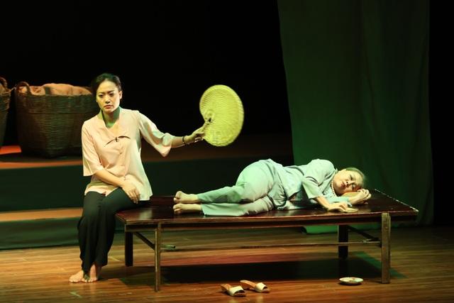 """Trong """"Nửa đời ngơ ngác"""", Hồng Ánh – Ái Như cũng là 2 diễn viên xuyên suốt 150 vở diễn trong hơn 8 năm qua."""