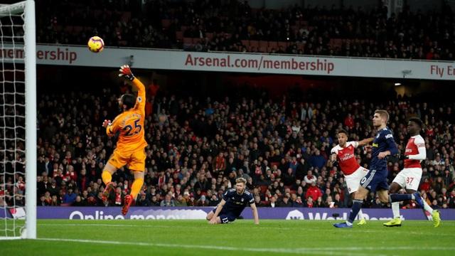 Aubmeyang dứt điểm đập chân cầu thủ Ream bên phía Fulham nảy lên hạ gục Rico