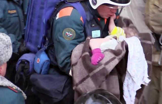 Bé trai 11 tháng sống sót kỳ diệu sau khi bị vùi lấp trong đống đổ nát. (Ảnh: NDTV)