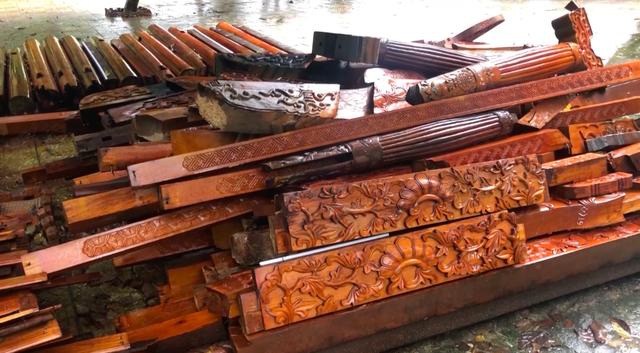 Một phần hạng mục công trình bằng gỗ vừa được tháo dỡ