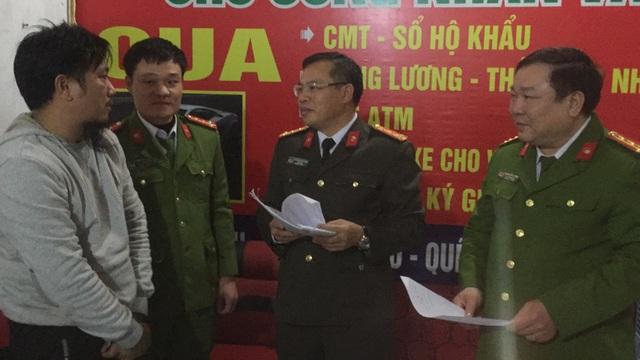 Đại tá Nguyễn Văn Long (đeo kính) - Giám đốc Công an tỉnh và Đại tá Phạm Văn Lương = Phó giám đốc CA tỉnh trực tiếp xuống hiện trường chỉ đạo phá chuyên án