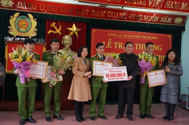 Nhiều tổ chức, đơn vị đã trao thưởng cho chiến công của Công an TP Thanh Hóa.