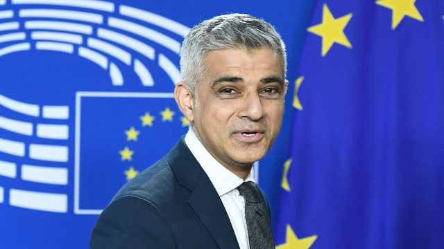 Thị trưởng London Sadiq Khan đứng trước nền cờ EU (Ảnh: Sky)