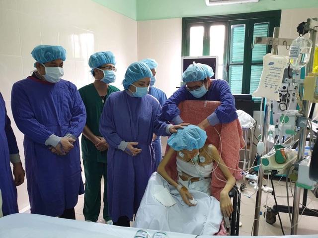 Bộ trưởng Bộ Y tế vào thăm bệnh nhân ghép phổi ở bệnh viện Việt Đức.