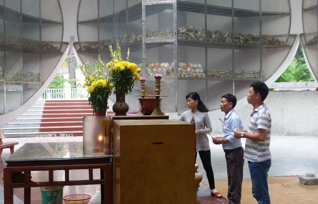 Mỗi ngày tại Nhà mồ Ba Chúc có rất đông người dân đến thắp hương cho những vong hồn xấu số bị Pôn Pốt sát hại vô cớ.