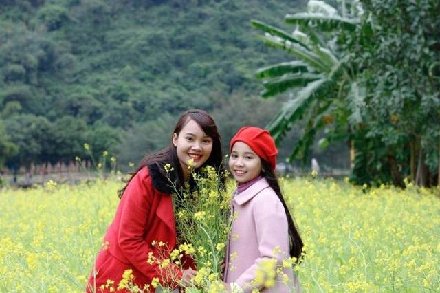 Để đến được vườn hoa cải đang bung lụa ở Thung Nham, du khách phải trải qua một quãng đường xa xôi vì Thung Nham nằm ẩn mình giữa vùng lõi Quần thể danh thắng Tràng An.