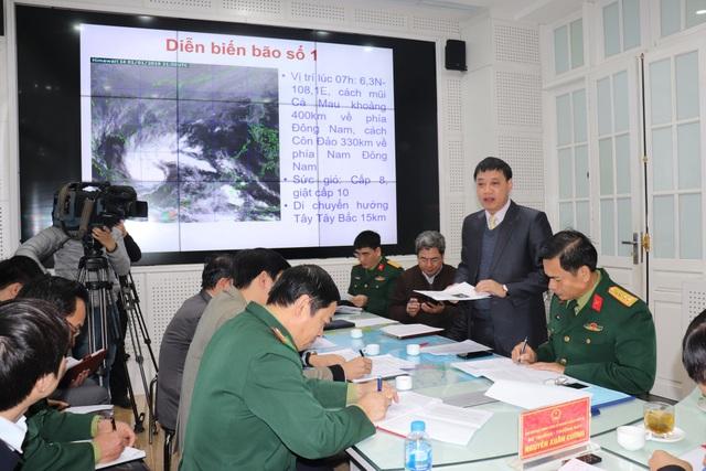 Ông Hoàng Đức Cường - Giám đốc Trung tâm Dự báo khí tượng thủy văn Quốc gia thông tin diễn biến về cơn bão số 1.