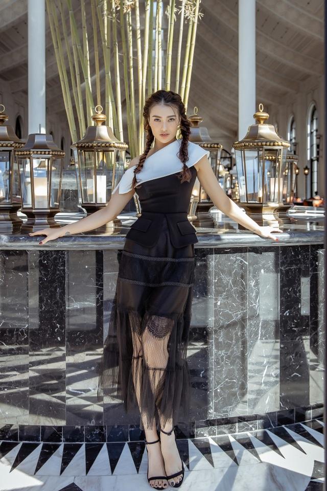 Những bộ trang phục xuyên thấu cũng giúp Hồng Quế để lộ đường cong sexy cùng đôi chân dài trước ống kính.
