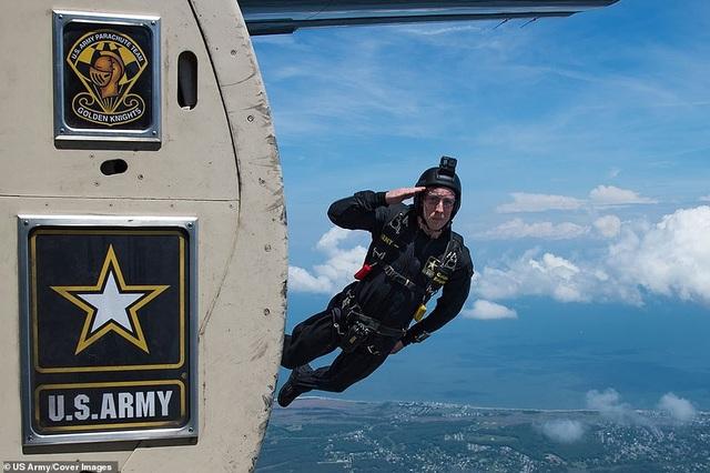 Một thành viên của đội bay Golden Knights nhảy ra ngoài máy bay tại một sự kiện triển lãm quân sự ở căn cứ Langley-Eustis, bang Virginia hồi tháng 5.