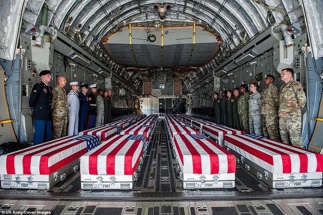 Những bộ hài cốt được cho là của các binh sĩ Mỹ thiệt mạng trong chiến tranh Triều Tiên (1950-1953) đặt trong khoang máy bay C-17 Globemaster III tại căn cứ ở Hawaii.
