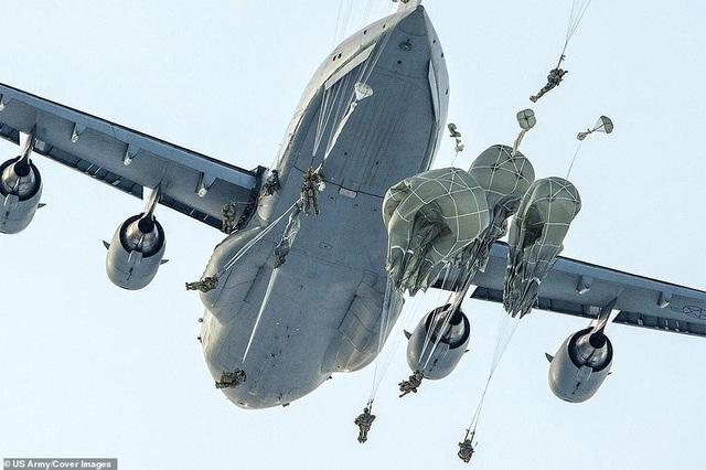 Lính nhảy dù từ máy bay C-17 Globemaster III trong cuộc huấn luyện tại căn cứ Elmendorf-Richardson, bang Alaska, Mỹ.