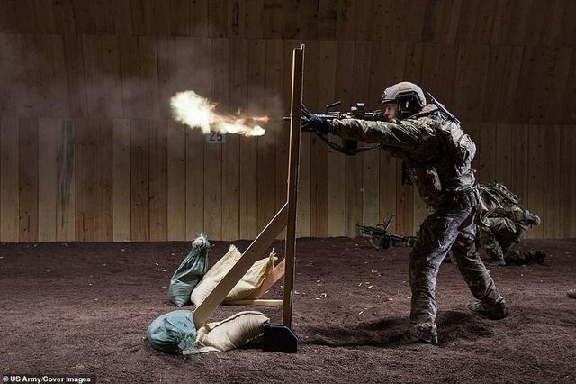Một binh sĩ thuộc đội đặc nhiệm của Lục quân Mỹ diễn tập với súng tại Panzer Kaserne, Đức.