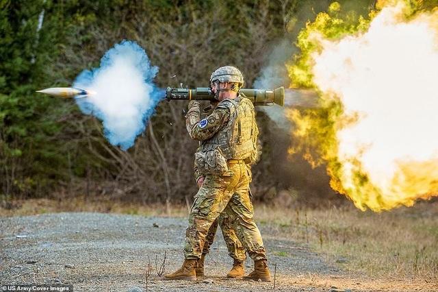 Binh sĩ thuộc Lực lượng Vệ binh Quốc gia Mỹ khai hỏa súng xuyên giáp M136E1 AT4-CS tại căn cứ Elmendorf-Richardson, bang Alaska.