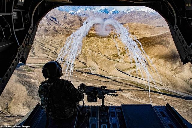 Một binh sĩ trên máy bay vận tải CH-47F Chinook tham gia chuyến bay huấn luyện tại Afghanistan hồi tháng 3.