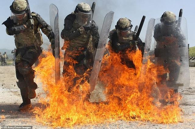Các binh sĩ huấn luyện với lửa tại căn cứ Marechal de Lattre de Tassigny ở Kosovo.