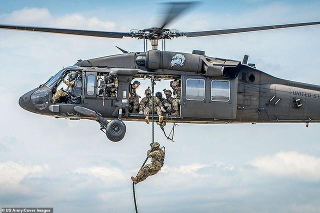 Một binh sĩ đu dây thừng thả từ trực thăng Black Hawk tại căn cứ Eglin ở Florida.
