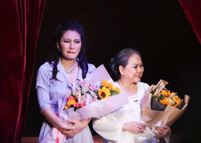 Kết thúc đêm diễn, Ngọc Lan bật khóc nức nở khi được hội ngộ nhưng cũng là lời tạm biệt khán giả của Nửa đời ngơ ngác.