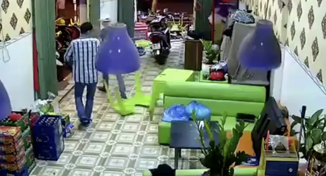 Nhóm côn đồ hung hãn lao vào quán đập phá tài sản và chém người
