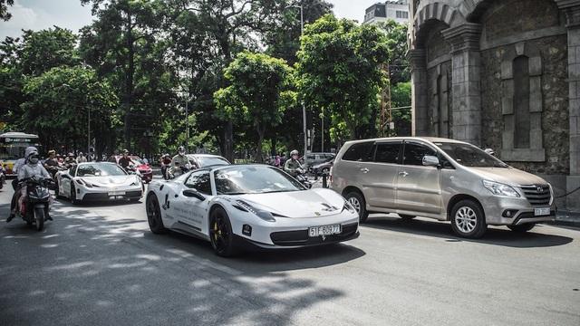 Cặp đôi Ferrari 458 Speciale trên phố Hà Nội trong đoàn siêu xe của ông Đặng Lê Nguyên Vũ