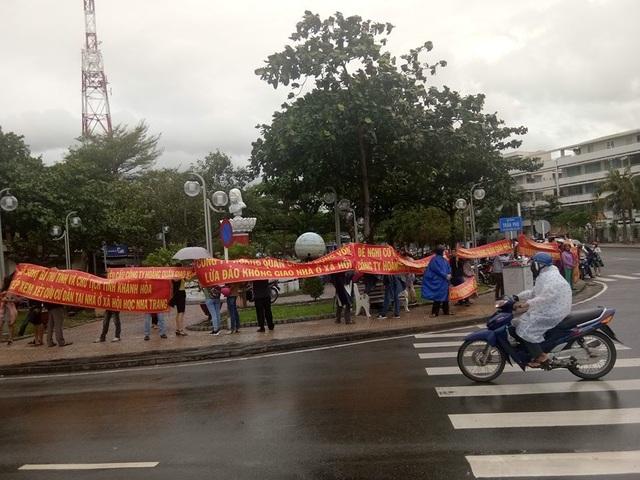 Khách hàng dự án HQC Nha Trang mặc áo mưa căng băng rôn trước trụ sở UBND tỉnh Khánh Hòa