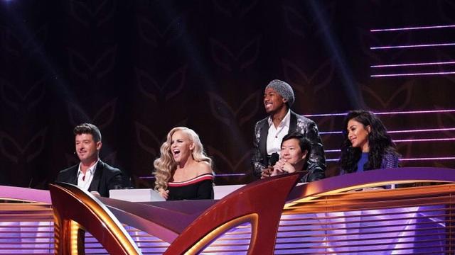 Các giám khảo của chương trình (từ trái qua): Robin Thicke, Jenny McCarthy, host Nick Cannon, Ken Jeong và Nicole Scherzinger.