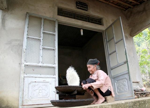 Cụ Bùi Thị Chớng (76 tuổi) cảm nhận sự thay đổi của cuộc sống khi được ở một căn nhà kiên cố.
