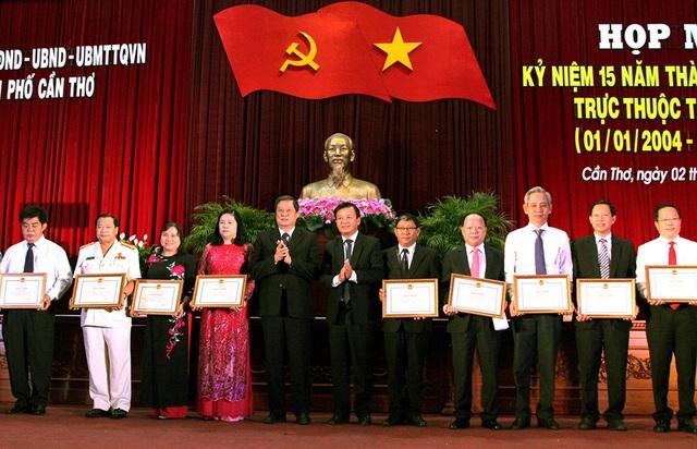 Các cá nhân được nhận bằng khen vì đạt thành tích xuất sắc trong đợt thi đua đặc biệt kỷ niệm 15 năm TP trực thuộc Trung ương