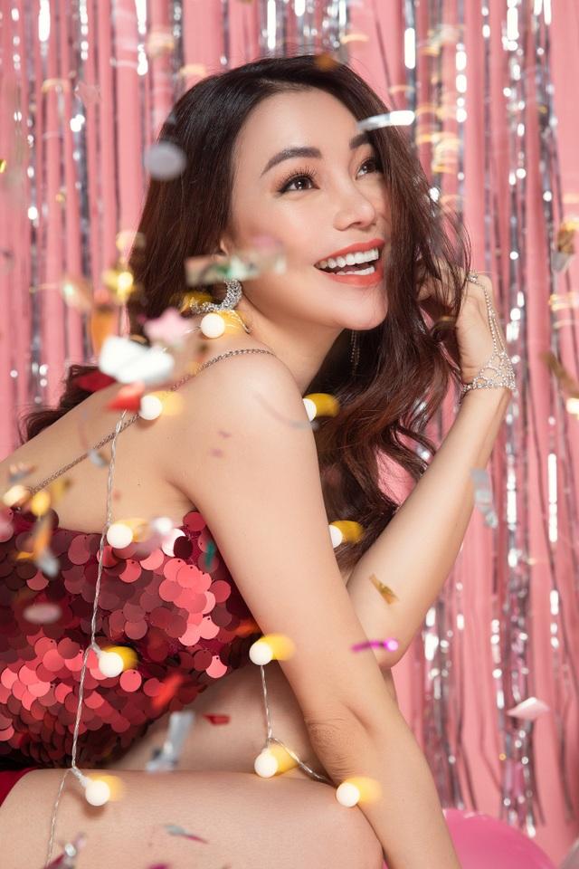 Trong bộ ảnh vừa thực hiện chỉ cách ngày sinh nhật vài ngày, Trà Ngọc Hằng khoe vẻ đẹp đầy tự tin và hạnh phúc với concept lung linh rực rỡ.
