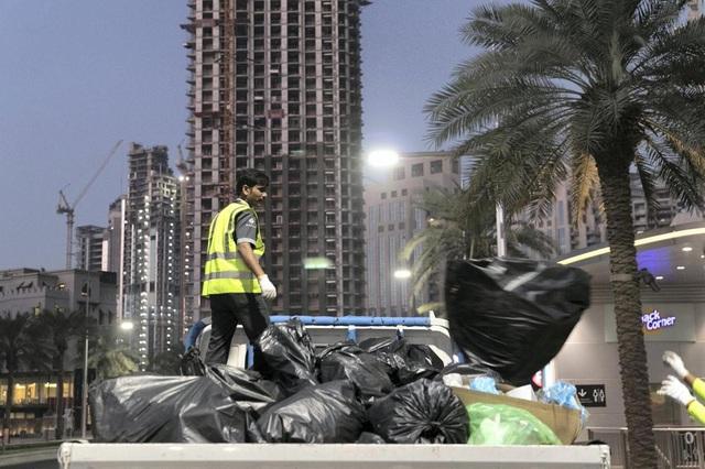 Khi bữa tiệc năm mới kết thúc cũng là lúc công việc của các công nhân dọn vệ sinh càng nặng nhọc hơn