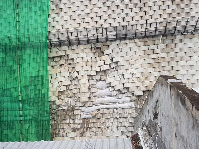 """Đá trên """"bức tường khủng"""" bị rơi hàng loạt, người dân chạy tán loạn - 4"""