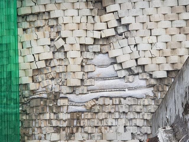 Nhiều phiến đá trên bức tường dự án bị rơi, bong tróc từng mảng lớn