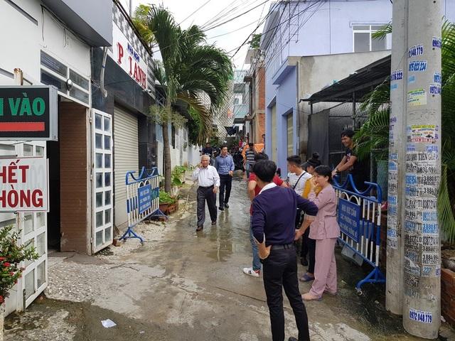 Ông Lê Văn Dẽ (áo trắng), Giám đốc Sở Xây dựng tỉnh Khánh Hòa đã nhanh chóng đến hiện trường yêu cầu sơ tán toàn bộ hộ dân
