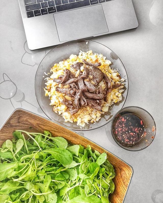 Cơm chiên tỏi bò Wagyu ăn kèm rau cải sống.