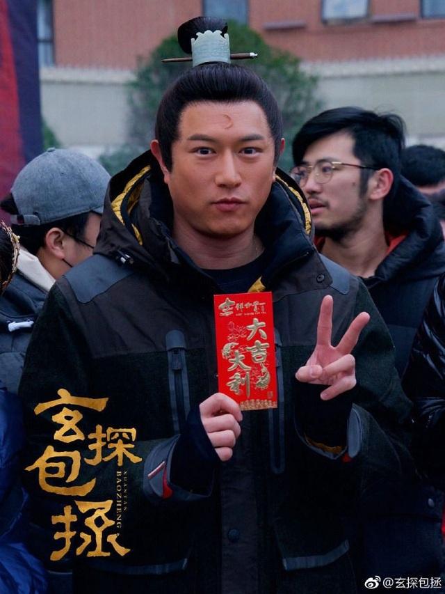 Trần Kiện Phong trên phim trường Huyền thám Bao Chửng tăng cân thấy rõ.