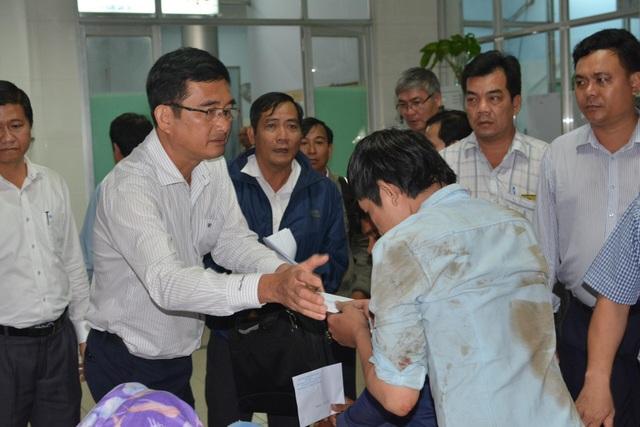 Ông Phạm Văn Cảnh - Phó Chủ tịch UBND tỉnh Long An thăm hỏi các nạn nhân tại BV Đa khoa Tỉnh Long An
