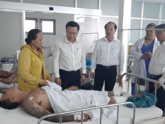 Ông Khuất Việt Hùng - Phó Chủ tịch Chuyên trách Ủy ban ATGT Quốc gia, đến thăm hỏi 4 nạn nhân đang điều trị tại BV Đa khoa Long An