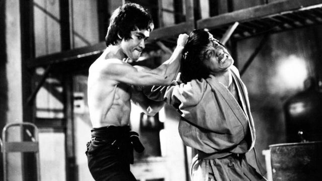 """Lý Tiểu Long (trái) và Thành Long (phải) trên phim trường """"Enter the Dragon"""" (Long tranh hổ đấu - 1973)."""